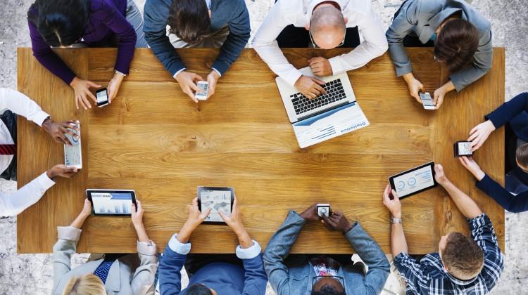 photo salariés en reunion réseaux sociaux